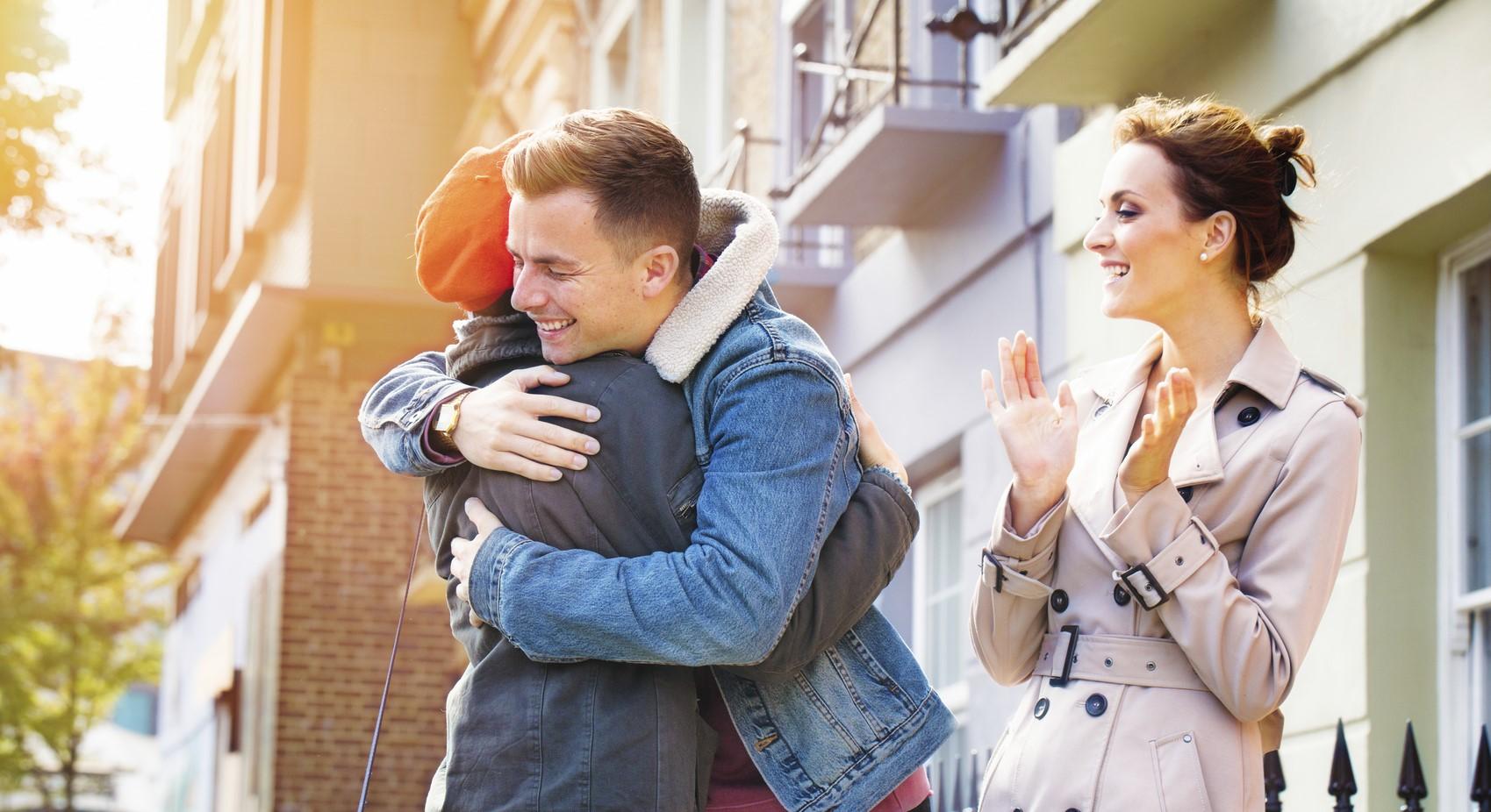 Ein junges Paar freut sich über den Abschluss eines Wohnungskaufs.
